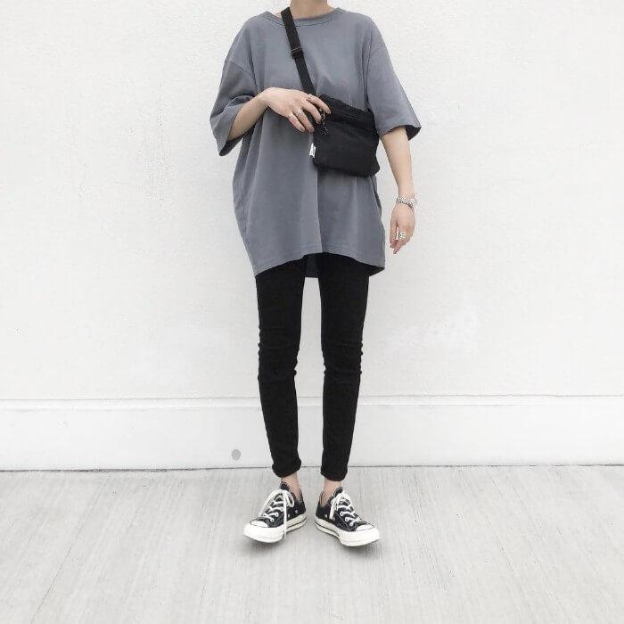 黒スキニー×グレーTシャツ×黒コンバースのコーデ画像