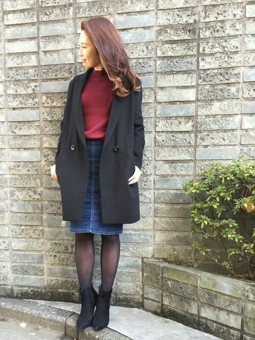 タイトデニムスカート×黒ストッキング×黒ショートブーツのコーデ画像