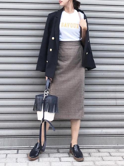 紺ブレ×チェックタイトスカートのコーデ画像