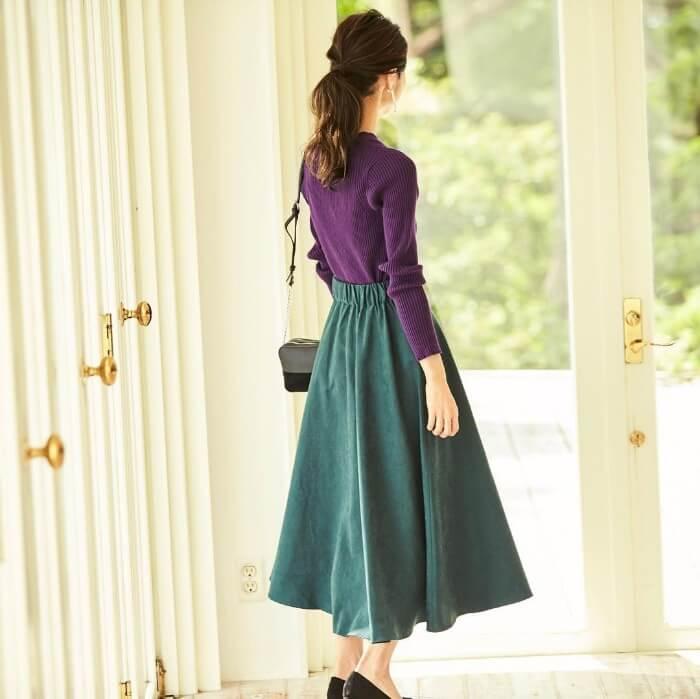 深緑のフレアスカート×紫ニットのコーデ画像