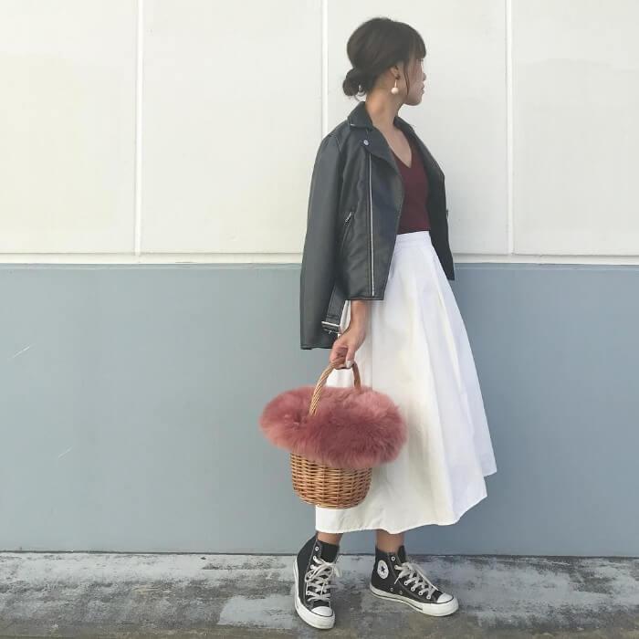 ボルドー×白フレアスカートのコーデ画像