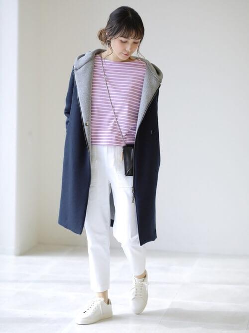 ブルーフーディー×ピンクボーダートップス×白パンツのマリンコーデ画像