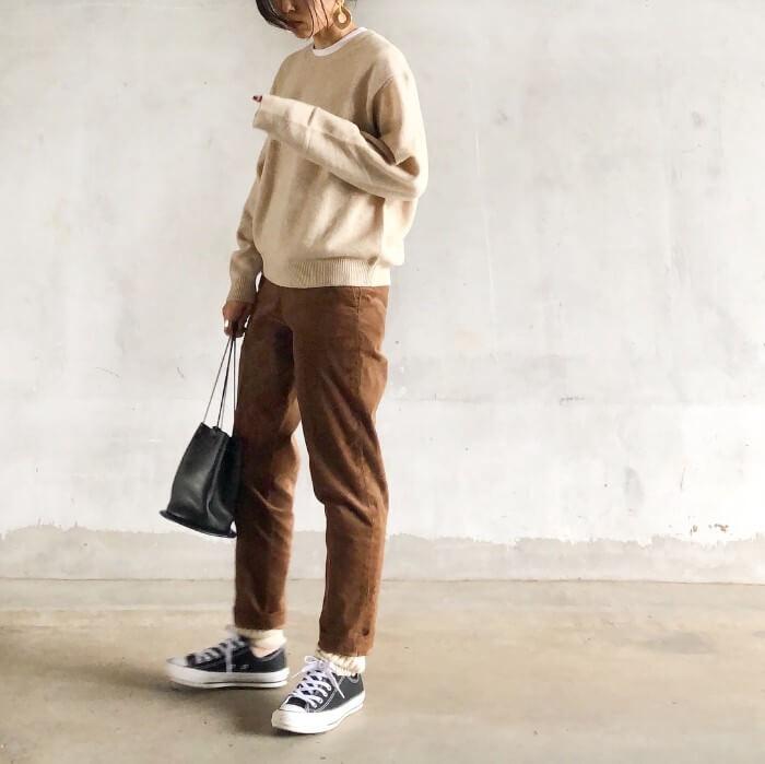 ベージュクルーネックニット×茶色パンツのコーデ画像