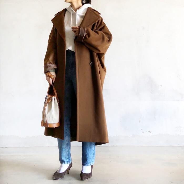 白パーカー×茶色ウールコートのコーデ画像