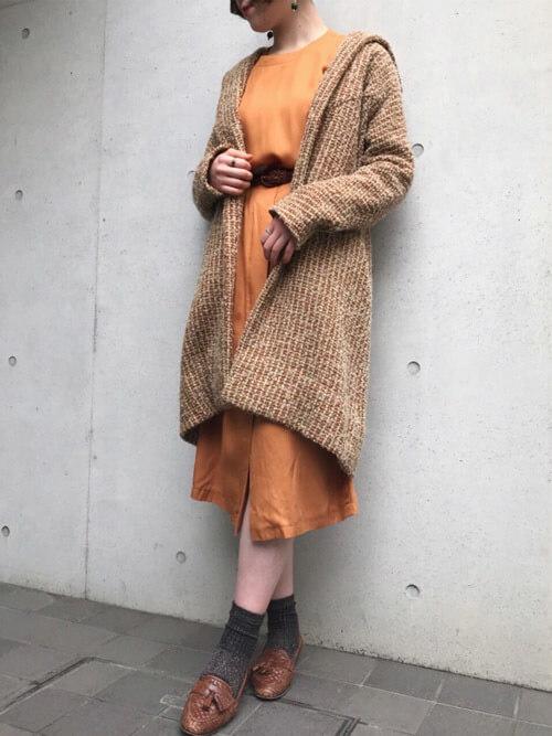 茶色タッセルローファー×グレー靴下のコーデ画像
