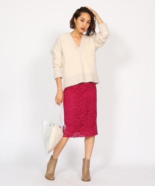 ビビッドピンクレーススカートとベージュショートブーツのコーデ画像