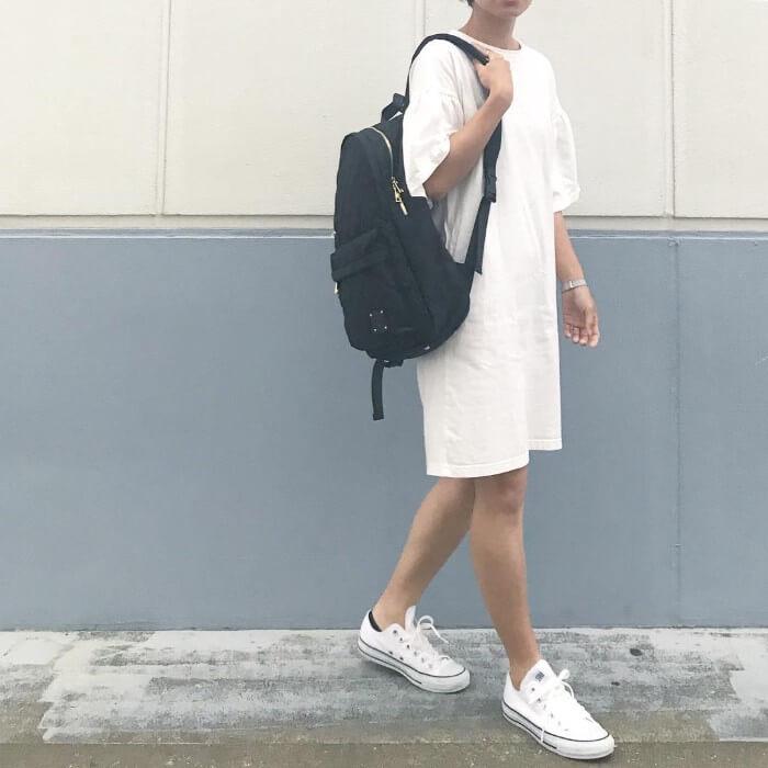 白のシンプルTシャツワンピースのコーデ 画像