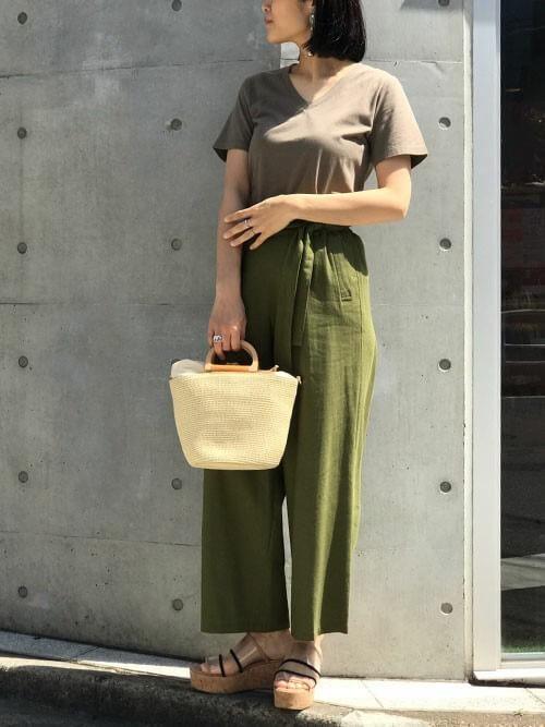 ブラウンTシャツ×カーキワイドパンツのコーデ画像