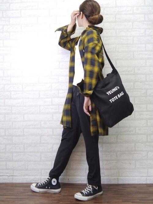 イエローチェックロングシャツ×黒テーパードパンツのコーデ画像