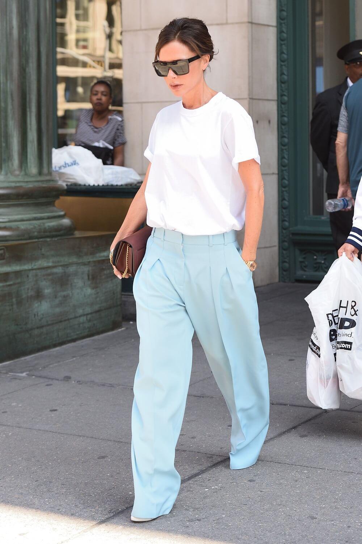 ヴィクトリア・ベッカムの私服ファッション写真(白Tシャツ)