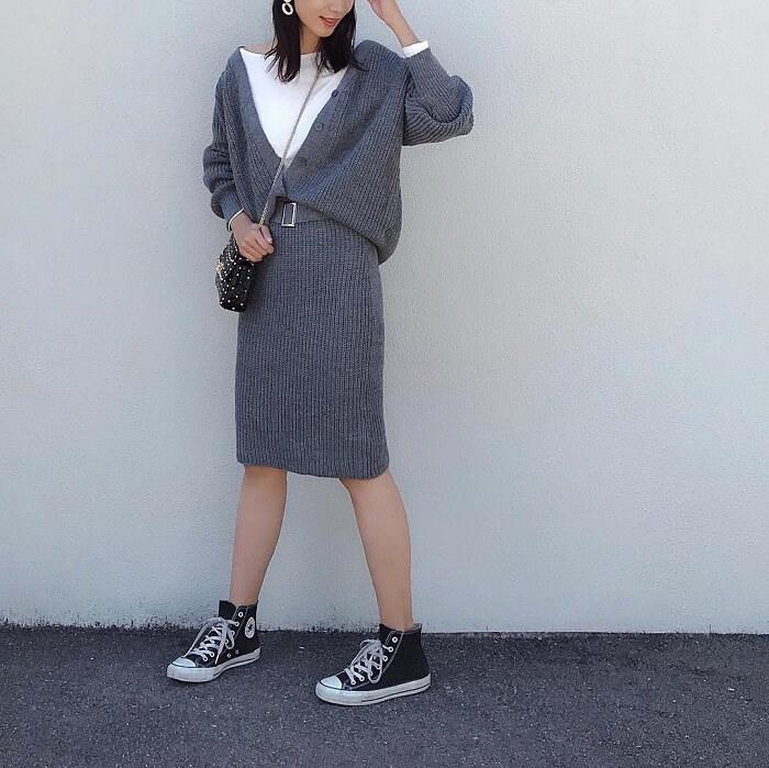 グレーニットタイトスカート×グレーVネックカーデのコーデ画像