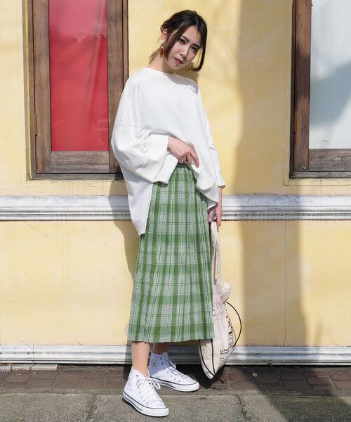 白スウェット×緑チェックプリーツスカートのコーデ画像
