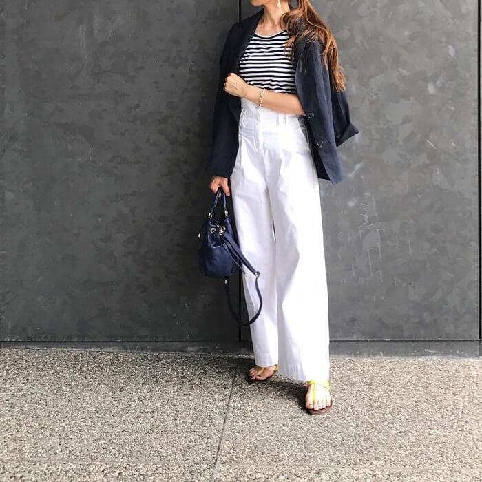 ネイビージャケット×白ワイドパンツのコーデ画像