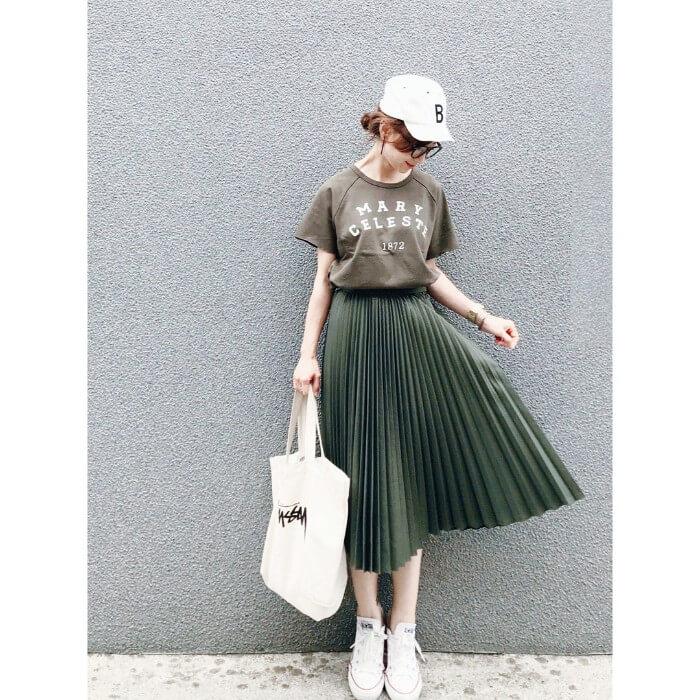 カーキ色プリーツスカート×白小物のコーデ画像