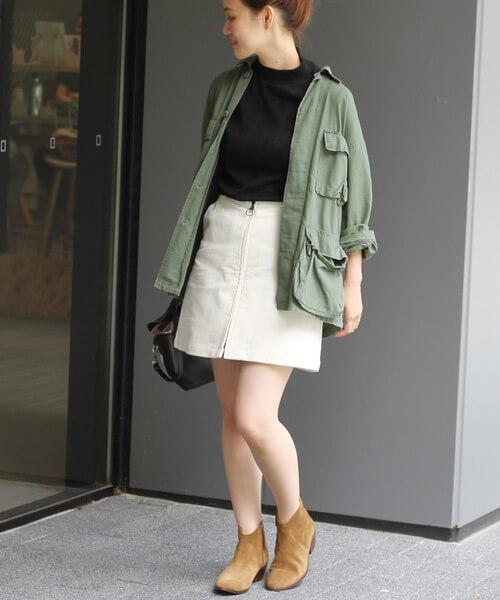 白ミニスカート×ミリタリーシャツのコーデ画像