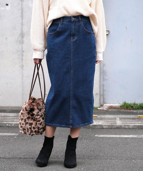 白ニット×デニムコクーンスカートのコーデ画像
