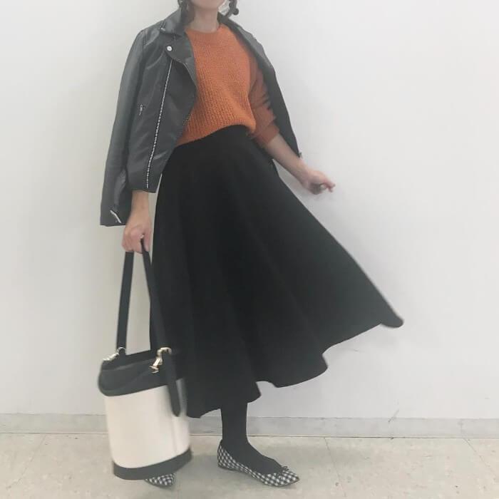 ライダースジャケット×黒フレアスカートのコーデ画像