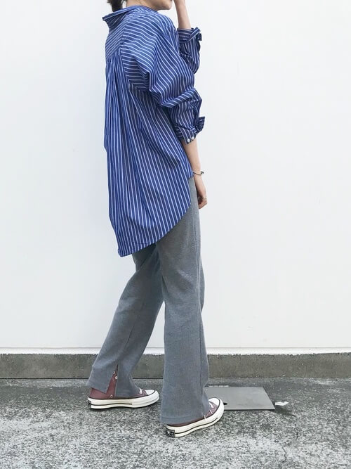ブルーストライプシャツ×グレーニットパンツのコーデ画像