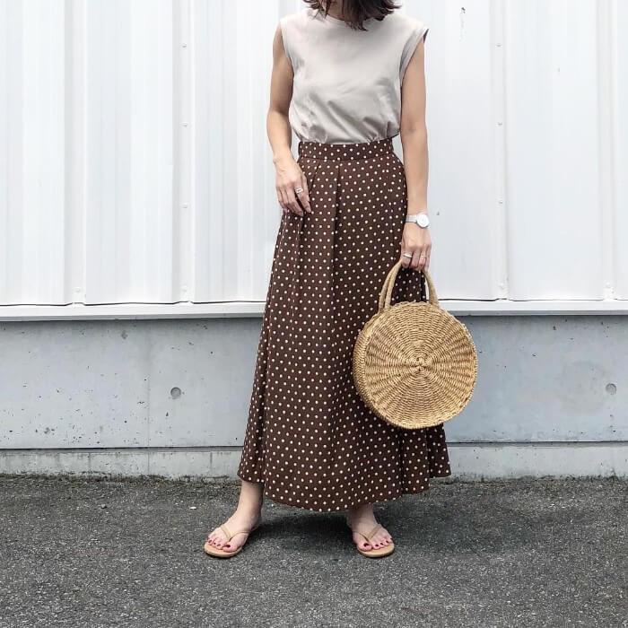 ドット柄ロングスカートとカゴバッグのコーデ画像