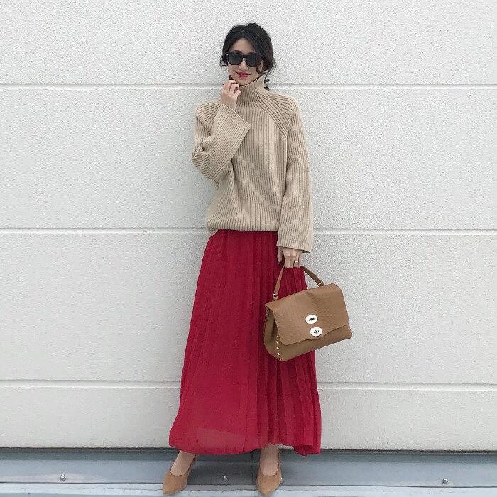 ベージュニット×赤プリーツスカートのコーデ画像