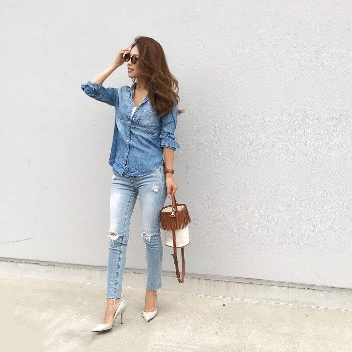 淡いブルーのデニムシャツのコーデ画像