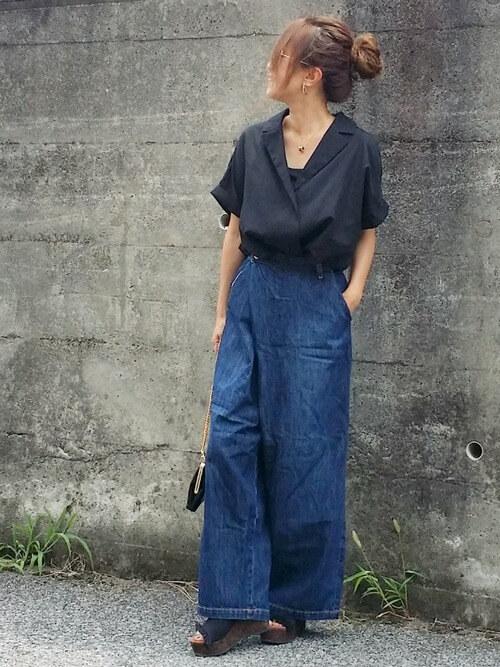 黒開襟シャツ×デニムワイドパンツのコーデ画像