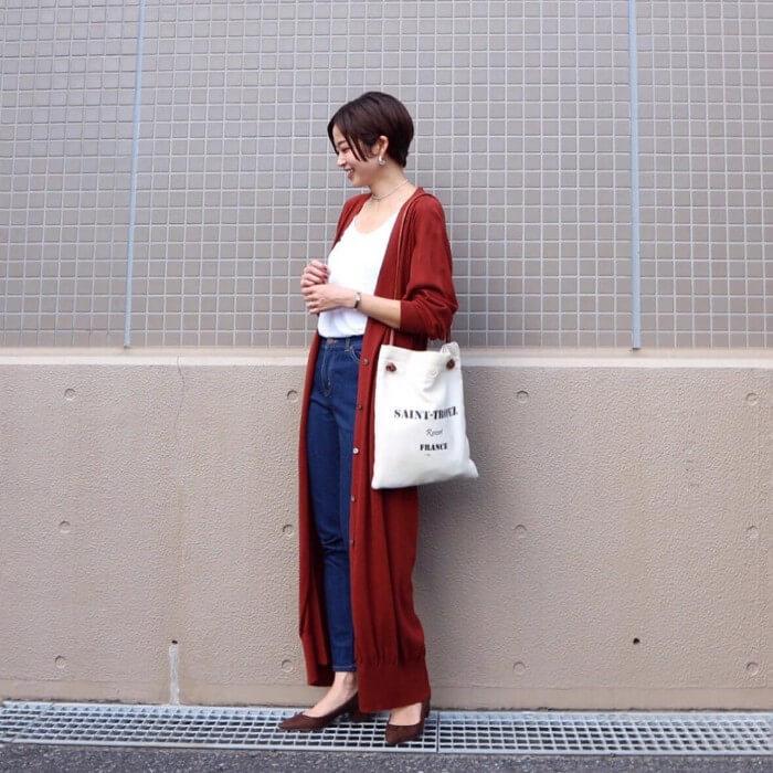 赤ロングカーディガン×白カットソー×デニムパンツのコーデ画像