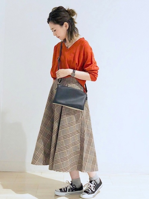 オレンジニット×ベージュチェックロングスカートのコーデ画像