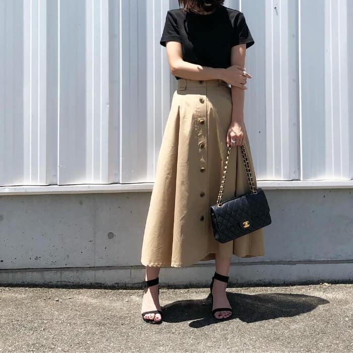 黒の無地tシャツとチノスカートのコーデ画像