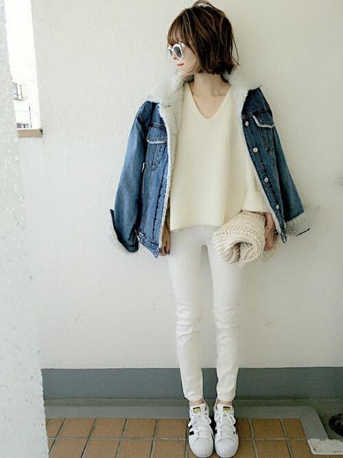 ボアデニムジャケットのホワイトコーデ画像