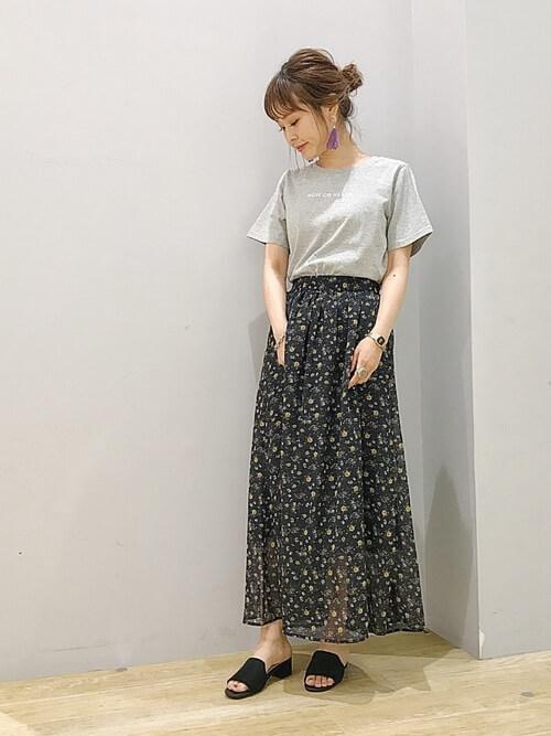 h3:グレーTシャツ×シフォン黒花柄スカートのコーデ画像