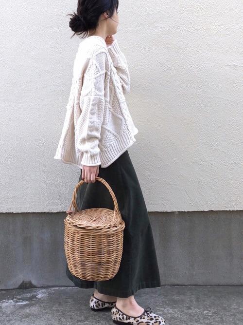 黒のコーデュロイスカートと裾フレアニットのコーデ画像