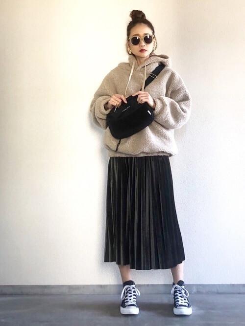 プルオーバー×ロングスカートと黒コンバースのコーデ画像