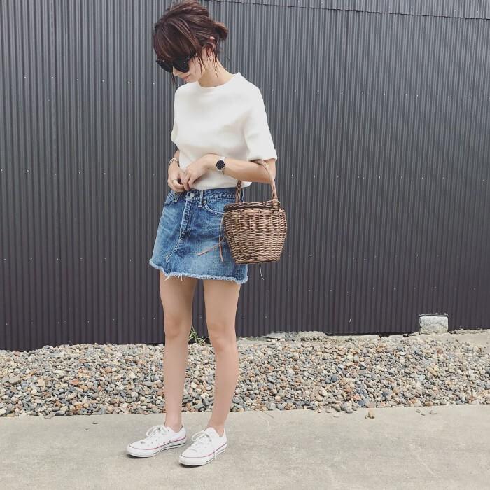 白Tシャツ×デニムミニスカート×白コンバースのコーデ画像