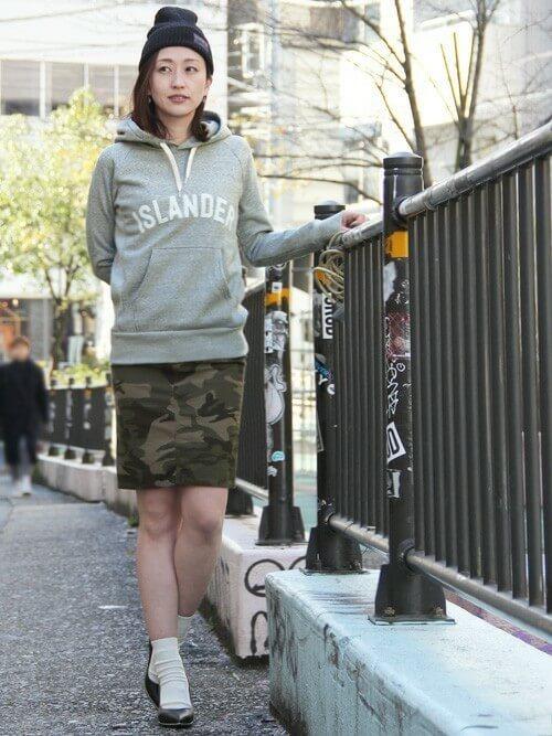グレーパーカー×カモフラタイトスカートの大人コーデ画像