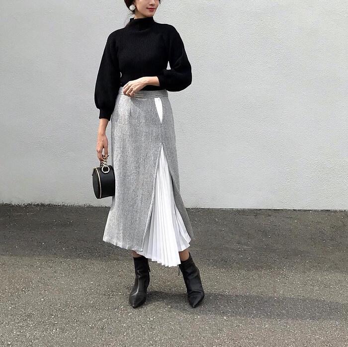 黒ニットとライトグレースカートのコーデ画像