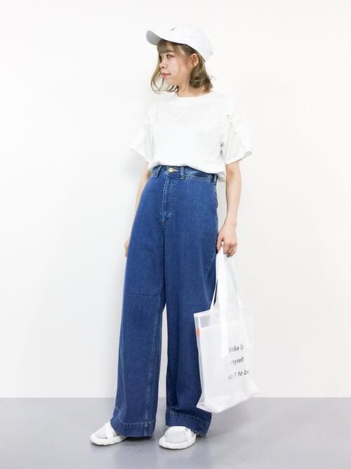 白キャップ×白Tシャツ×デニムワイドパンツの春夏コーデ画像