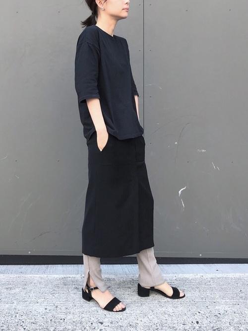 黒ロングタイトスカート×ベージュスリット入りレギンスのコーデ画像