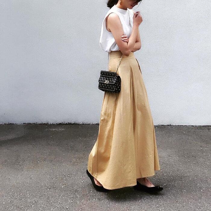 タックフレアスカート×白ノースリーブのコーデ画像