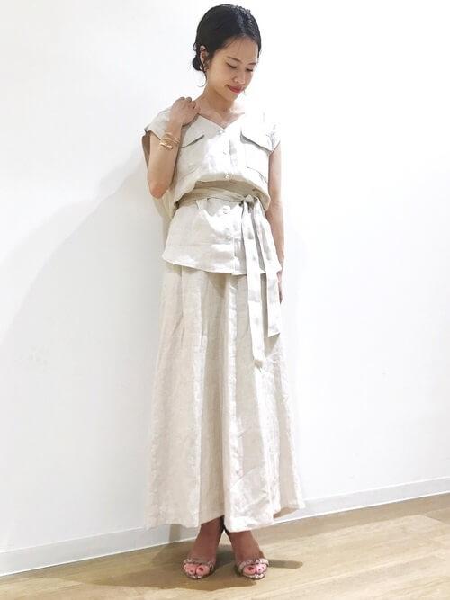 白リネンシャツ×同素材のフレアスカートのコーデ 画像