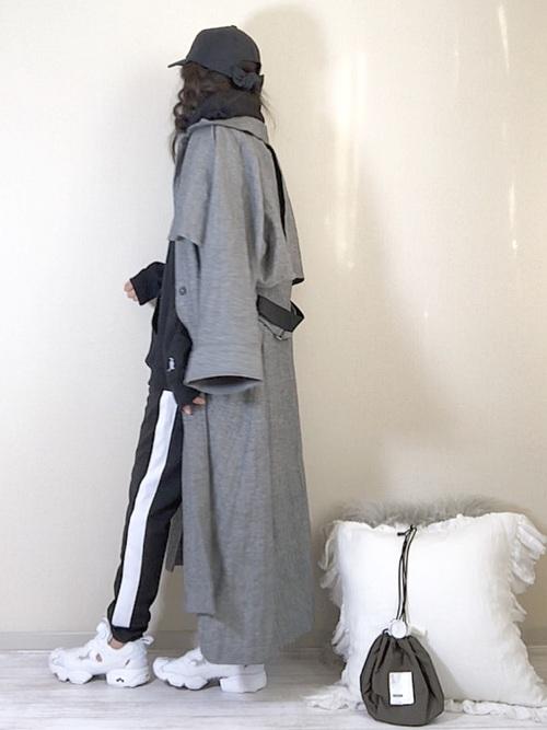 ステンカラーコートと黒ラインパンツのコーデ画像