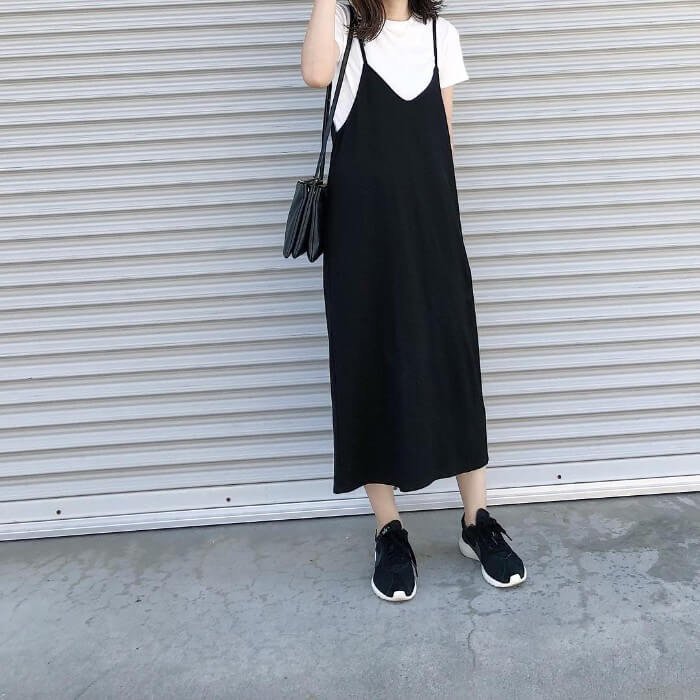 黒のキャミワンピ×白Tシャツのコーデ画像