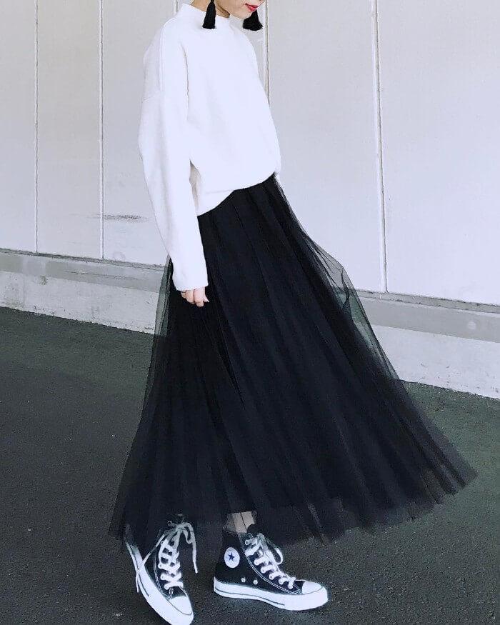 白スウェット×黒チュールスカートのモノトーンコーデ画像