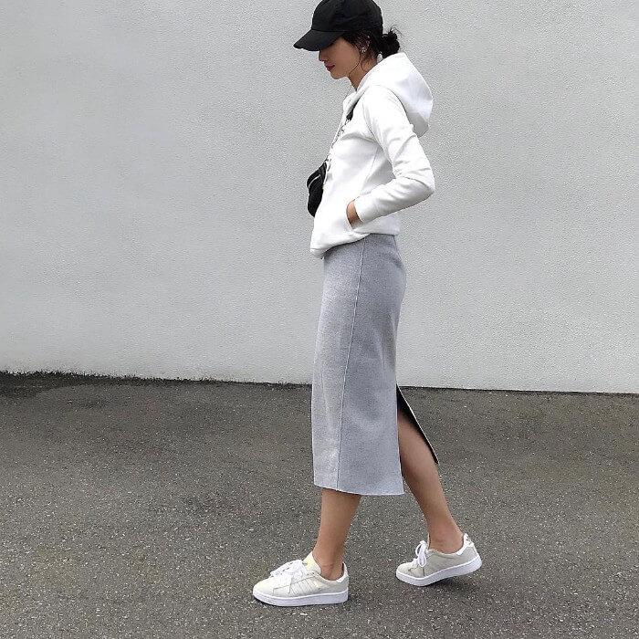 グレースウェットタイトスカートと白のパーカー&スニーカーのコーデ画像