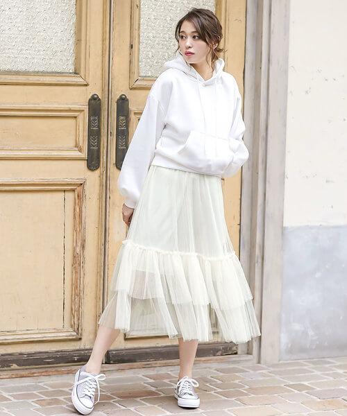 白スウェットパーカー×白チュールスカートのコーデ画像
