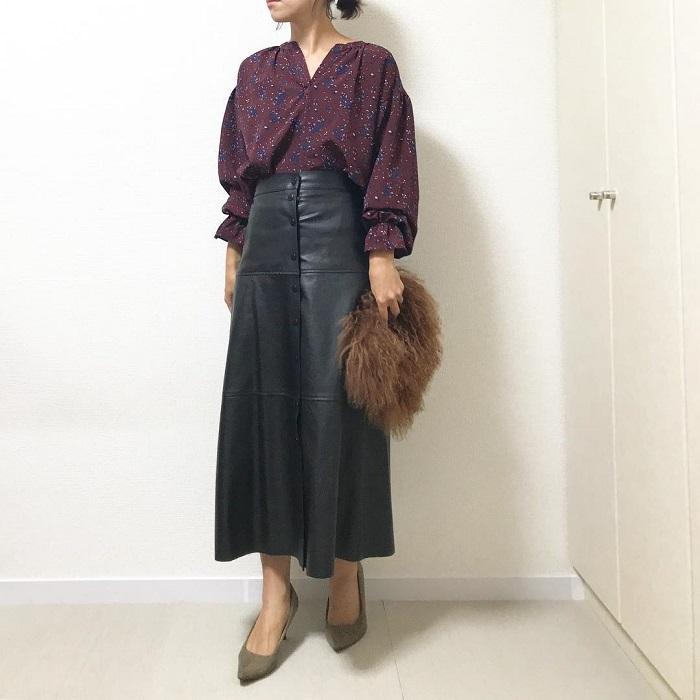 パープルブラウス×黒レザースカートのコーデ画像