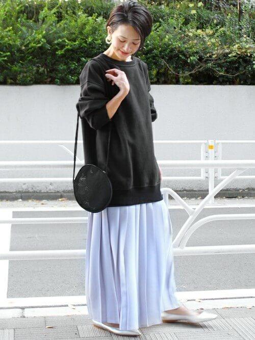 黒スウェット×白プリーツフレアスカートのコーデ画像