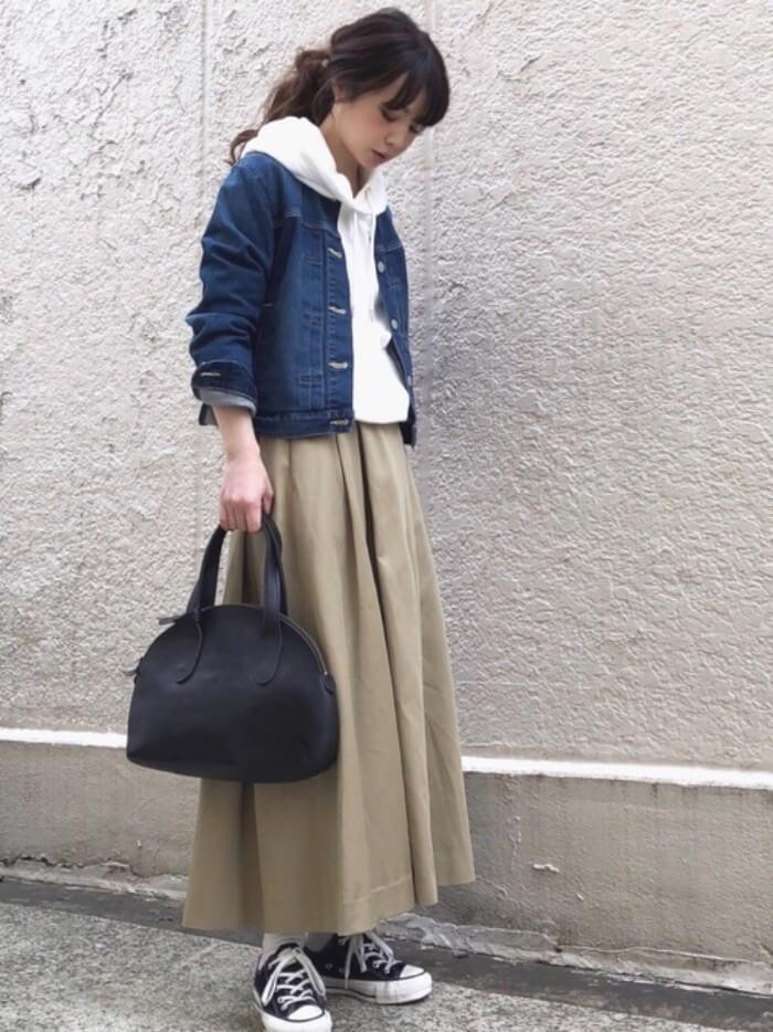 ベージュチノロングスカート×パーカーレイヤードのコーデ画像