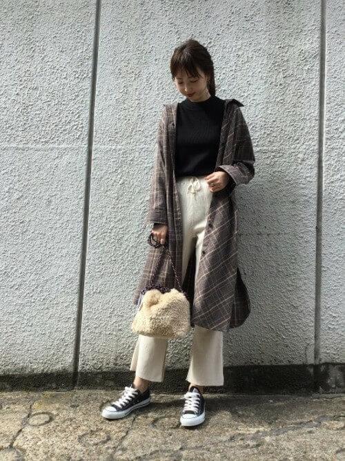 ブラウンチェックロングシャツ×白サーマルパンツのコーデ画像