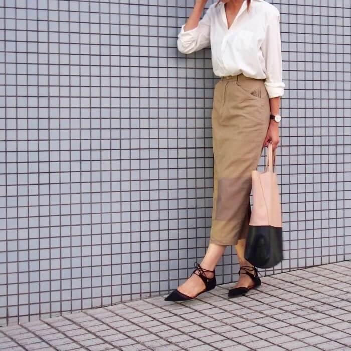 ベージュチノロングタイトスカート×白シャツのコーデ画像